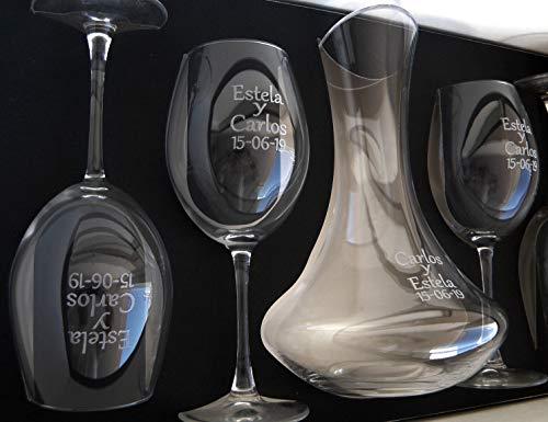 Decantador con 4 copas de vino grabados y personalizados con el texto que usted desee, todo ello presentado en un bonito y elegante estuche. Conjunto compuesto de un decantador de 1.750 Ml de capacidad y 4 copas de vino con 615 Ml. El decantador va g...