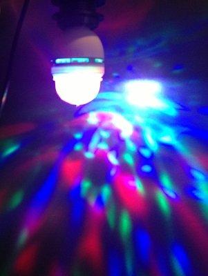 Club Light 2Go * * * Special Edition E27-Lampadina LED come Disko palla, Tricolore LED (rosso/verde/blu) e cristallo aspirante con motore a rotazione per E27Portalampada. Disko Feeling in un Batter d' occhio. Con 220/240V-Cavo di collegamento e portalampada E27con doppio anello tipo di vite di fissaggio paralume. Lunghezza del cavo: 3m