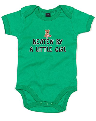 beaten-by-a-little-girl-gedruckt-baby-strampler-grn-schwarz-transfer-12-18-monate