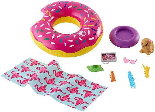 Barbie Set di Arredamenti da Esterno con Ciambella Donut Galleggiante, Cagnolino Che Spruzza Acqua e 8 Accessori a Tema, Bambola Non Inclusa, Giocattolo per Bambini 3 + Anni, FXG38