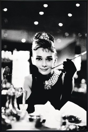 Close Up Audrey Hepburn Poster (93x62 cm) gerahmt in: Rahmen schwarz