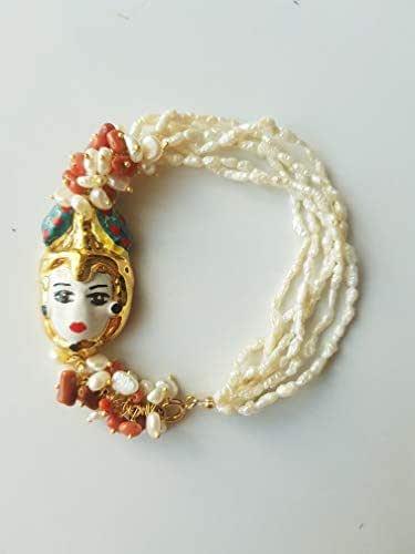 Bracciale a più fili in perle di fiume con maschera in ceramica di Caltagirone, perle di fiume e coralli