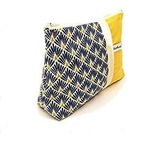 trousse maquillage jaune moutarde et bleu style scandinave, pochette zippée en toile et tissu imprimé geometrique, foure tout zippé femme, cadeau pour elle