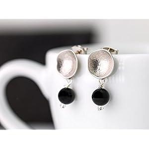 Moderne Ohrringe, Ohr-Stecker schwarz-silber, matt versilberte strukturierte Kelch-Ohrstecker mit Onyx-Perle, ein perfektes Geschenk für Sie