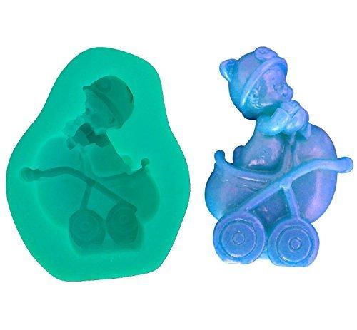 Stampo In Silicone Per Uso Artigianale Rappresentante Il Calco Di Un Bambino Con Una Palla In Mano, Un Cappellino In Una Carrozzina Con Ruote 2D.