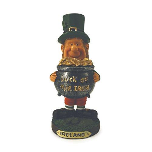 Statue eines glücklichen Kobolds, der einen Topf voller Gold festhält, mit Schriftzug Glück der Iren