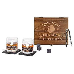 FORYOU24 Whisky-Geschenk-Box aus Holz mit Gravur des Namens Gentleman I 2 Leonardo Whiskeygläser I 2 Schiefer-Untersetzer I 8 Kühlsteine + Zange I in Geschenkverpackung I Geschenkidee