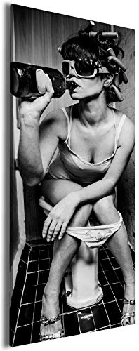 Wallario Leinwandbild Kloparty - Sexy Frau auf Toilette mit Weinflasche - 30 x 75 cm: Brillante lichtechte Farben, hochauflösend, verzugsfrei