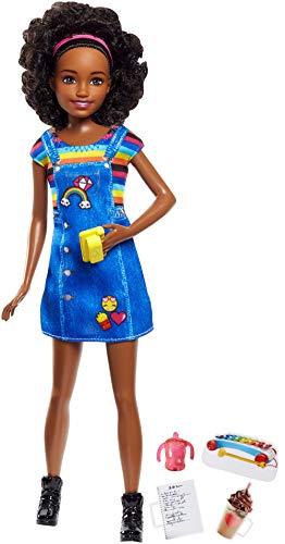 Barbie Famille poupée Skipper baby-sitter aux cheveux bouclés, robe salopette et cinq accessoires, jouet pour enfant, FHY91