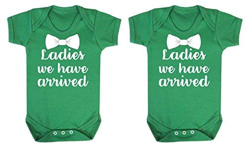 Ladies hemos llegado Gemelos chaleco Babygrow Body Onesie 2unidades Set Verde (3–6meses)