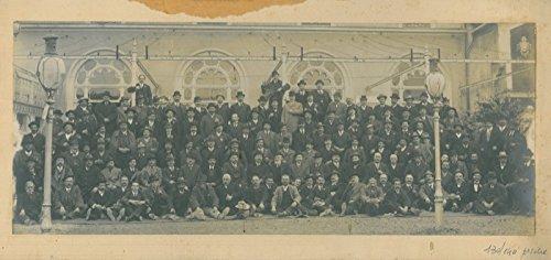 gruppo-aziendale-di-130-140-uomini-adulti-40-60enni-e-tutti-con-cappello-in-testa-una-decina-in-mano