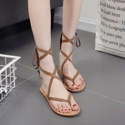 Sandali piatti estivi rivetti in metallo dei sandali della cinghia della traversa Brown