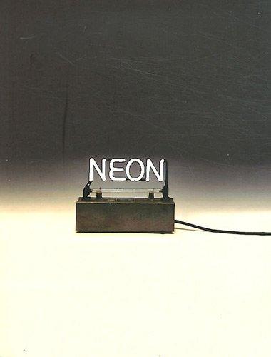 Neon. Le néon dans l'art des années 1940 à nos jours.
