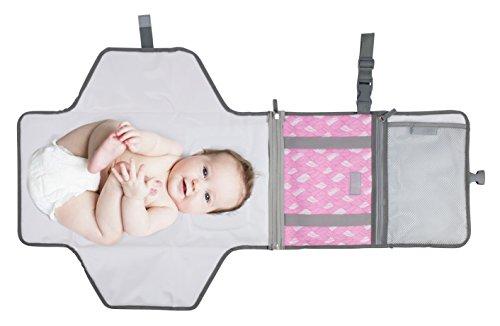 Praktische Wickelauflage für Unterwegs - Wasserdichte, faltbare Wickelunterlage inkl. Tasche mit vielen Fächern - Weiche Liegefläche 55 x 50cm mit eingenähtem Kopfpolster - Trageband - Klickverschluss - Rosa