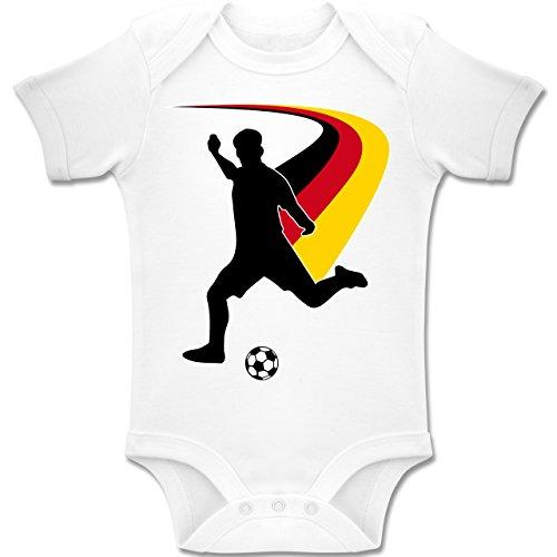 Fußball-WM 2018 Russland - Babys - Fußballspieler + DEUTSCHE Flagge - 3-6 Monate - Weiß - BZ10 - Baby Body Kurzarm Jungen Mädchen