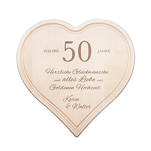 """Schneidebrett Herz zur Goldenen Hochzeit mit Gravur -50 Jahre """" Herzlichen Glückwunsch"""" - Personalisiert mit Namen und Datum - Küchenbrett aus 1,5 cm dicken Ahorn Holz mit Saftrille - 30 cm x 30 cm"""