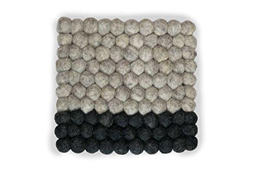 Topfuntersetzer quadratisch aus Filz in modischem Design, 20 cm in vielen Farben zum Aussuchen. Handgefertigt mit Filzkugeln aus reiner Merinowolle zum Schutz Ihrer Möbel und als dekorativer Hingucker. Langlebig und in bester 8-Natur Qualität (grau - dunkelgrau)