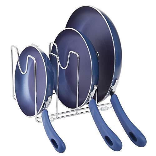 mDesign Geschirrständer für Kochtöpfe, Deckel und Pfannen – kompakter Pfannenhalter für den Küchenschrank – platzsparender Ständer für Kochgeschirr aus Metall – silberfarben