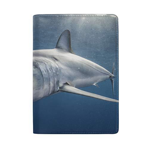 Big Swimming Shark In The Sea Blockieren Print Passinhabers Abdeckung Fall Reisegepäck Reisepass Brieftasche Kartenhalter Aus Leder Für Männer Frauen Kinder Familie -