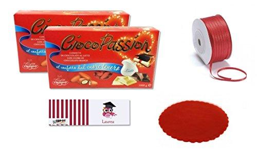 """IRPot presenta un kit perfetto per allestire una confettata o creare delle bomboniere per la tua laurea! Il kit comprende: 1 Kg di Confetti Crispo """" Ciocopassion """" rosso Gusto cioccolato al latte (708652) con cuore di cioccolato bianco , ripieni di m..."""