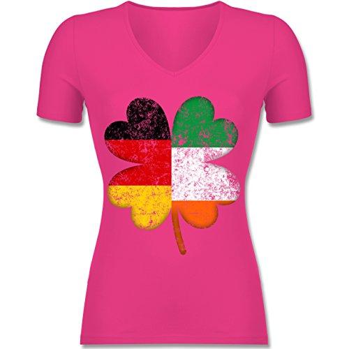Shirtracer St. Patricks Day - Deutschland Irland Kleeblatt - Tailliertes T-Shirt mit V-Ausschnitt für Frauen Fuchsia