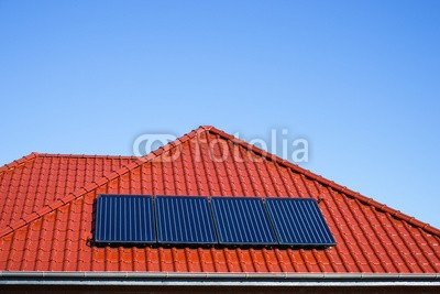 """Alu-Dibond-Bild 120 x 80 cm: \""""Solarkollektoren für Warmwassergewinnung auf rotem Dach\"""", Bild auf Alu-Dibond"""