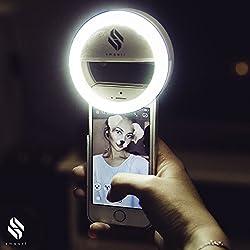 smaart® Luce Selfie Ring per tutti i cellulari | Versione 2017 | 36 LED per un effetto anello di luce nelle pupille | luce bianca professionale come quella usata dagli stilisti | 3 gradi diversi di luminosità per selfie perfetti | Alimentato da batteria | Selfie Light per iPhone 5 5C 6 6S 6Plus 7Plus, Samsung Galaxy S5 S6 S7, Huawei, Sony e molti altri