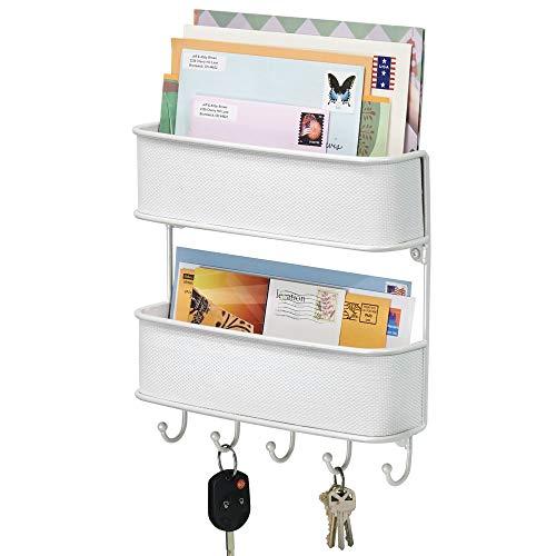 mDesign Organizador de llaves con ganchos – Colgador de llaves de metal con detalles de plástico trenzado – Organizador de cartas con dos bandejas – Blanco
