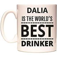 DALIA IS THE WORLDS BEST DRINKER Taza por WeDoMugs