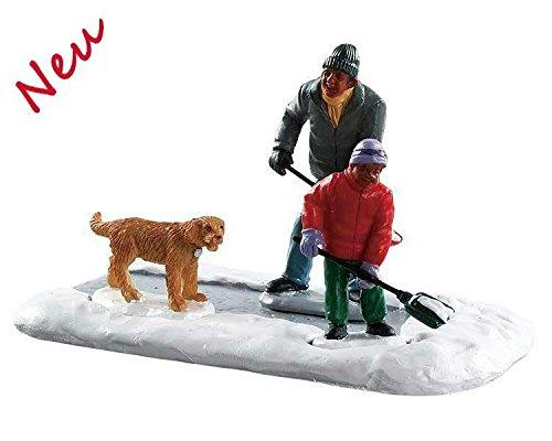 Lemax 83363 - Dad Gets Help - Vater und Sohn schüppen Schnee - Figuren/Zubehör / Accessoire - Neu 2018 - Vail Village - Dekoration/Weihnachtsdeko - Weihnachtswelt/Weihnachtsdorf -