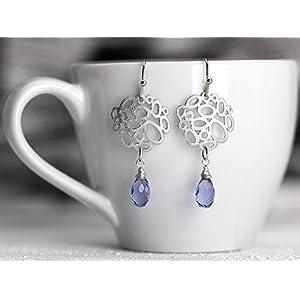 Etwas Blaues/filigrane Silber-Ohrringe: Matt versilberte zierliche Ohrhänger mit einem geschliffenen blauen Edelstein/Iolite Quarz-Tropfen, das perfekte Geschenk