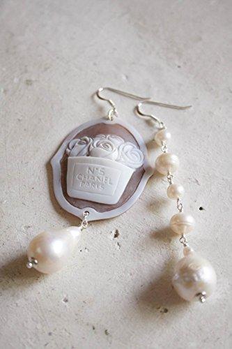 Orecchini LA VIE EST BELLE in argento 925 con cammeo autentico scolpito a mano su conchiglia Sardonica, perle di fiume e perle barocche