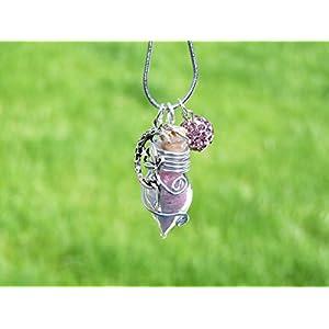 Kette mit rosa Phiole und einem Anhänger einer Fee oder Elfe, nachtleuchtend. Kann als Glücksbringer, Talisman oder Amulett getragen werden.