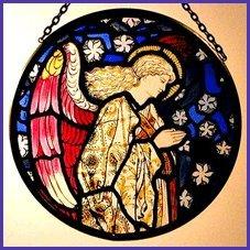 Dekorativer Fensterschmuck/Sonnenfänger, handbemalt, Buntglas, Motiv: Kokarde Sonnenfänger in einem Engel betend William Morris Design.