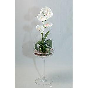 pieza central con una orquídea blanca en un jarrón – arreglo floral con una planta artificial