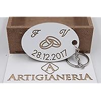 ArtigianeriA - Portachiavi in legno, personalizzato con fedi, iniziali e data a scelta. Realizzato a mano interamente in Italia. Idea regalo per anniversario, fidanzamento, o data da ricordare.