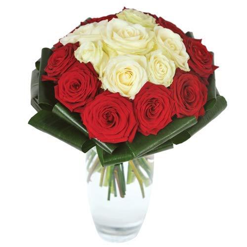 Fiori freschi a domicilio - bouquet con rose rosse e bianche al centro, consegnato a domicilio