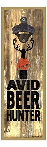 SJT07451 Flaschenöffner, Motiv: Avid Beer Hunter - Bierflasche mit Geweih mit Jagdweste und Pistole - Hintergrund aus Holz, 12,7 x 38,1 cm Wall Mount Bottle Opener