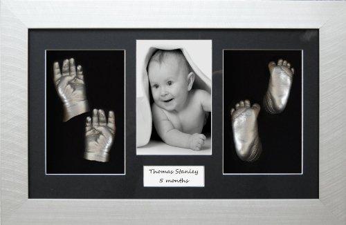 Großes Baby Abdruckset (silberner 3D-Displayrahmen ca. 37 x 21,5 cm; Passepartout mit 4 Aussparungen, Farbe Metallic-Silber, auch für Zwillinge geeignet) (UK Import)