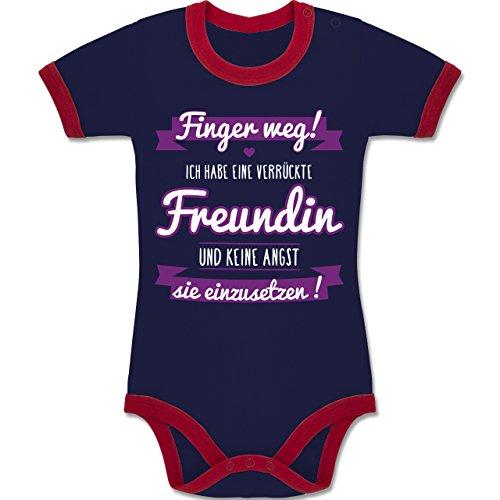 Shirtracer Sprüche Baby - Ich Habe eine Verrückte Freundin Lila - 3-6 Monate - Navy Blau/Rot - BZ19 - Zweifarbiger Baby Strampler für Jungen und Mädchen