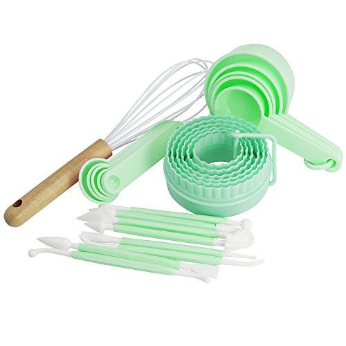 COM-FOUR® 26-teiliges Back- und Modellier-Set, Silikon-Schneebesen mit Eichenholzgriff, Modellierwerkzeug, Ausstechformen, Messlöffel in grün (26-teilig - grün)