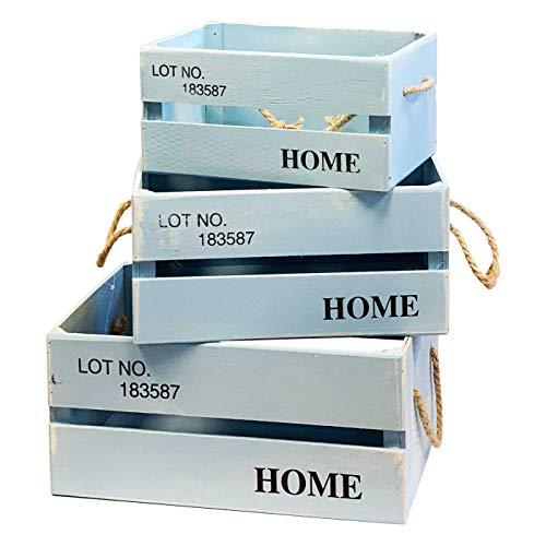 Conjunto de 3cajas fabricadas en madera con 2 asas de cuerda de lino decorado con la frase:LOT NO,183587 HOME, Ideales para decorar a tu gusto y dar rienda suelta a tu imaginación.  Color azul claro. Miden: 13 x 26 x 17 cm 15 x 30 x 20 cm 17 x 36 x...