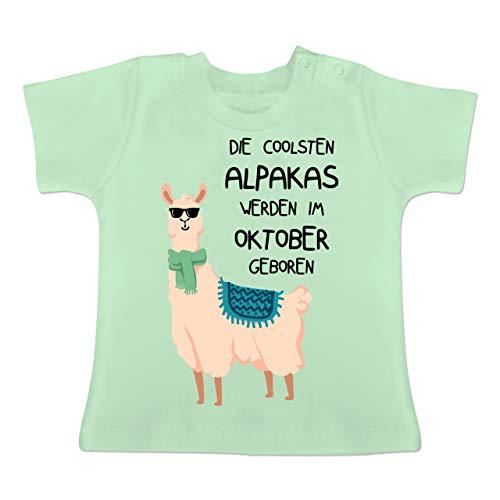 Geburtstag Baby - Die coolsten Alpakas Werden im Oktober geboren Sonnenbrille - 3-6 Monate - Mintgrün - BZ02 - Baby T-Shirt Kurzarm