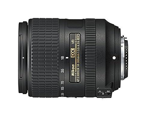 Nikon 2216 18-300 mm / F 3.5-6.3 AF-S G DX ED VR Objectifs 18 mm