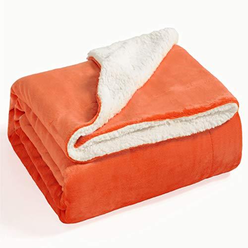 Bedsure Sherpa Decke Orange zweiseitige Wohndecken Kuscheldecken, extra Dicke warm Sofadecke/Couchdecke aus Sherpa, 150x200 cm super flausch Fleecedecke als Sofaüberwurf oder Wohnzimmerdecke