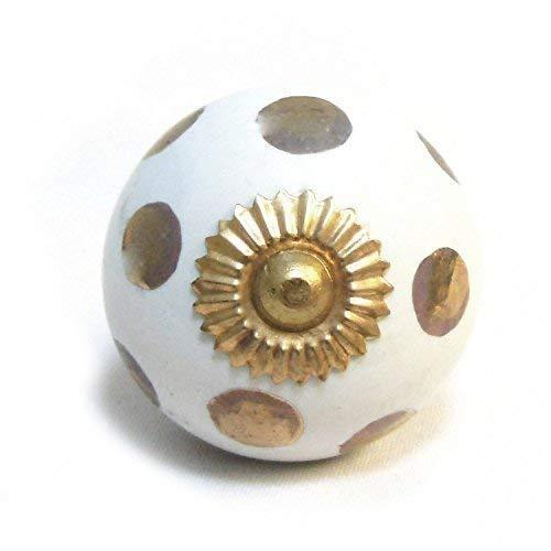 Pushka Home - Pomo para puerta de armario de cerámica con lunares, color blanco y dorado Mango de lunares pintado en oro de 40 mm con color blanco. Se adapta a puertas de hasta 27 mm. Con fijaciones de color dorado. Añade un toque metálico de latón a tus muebles. Pomo Ornate Gold Accent