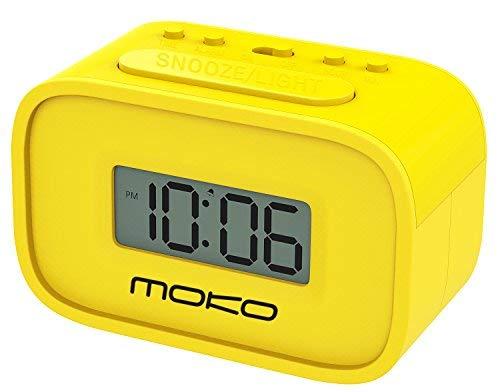MoKo Digital Alarm Clock, Wecker Nachttischuhr Mini Clock LCD Display Batteriebetriebend mit Schlummer Funktion/Hintergrundbeleuchtung für Schlafzimmer/Büro/Schreibtisch, Gelb