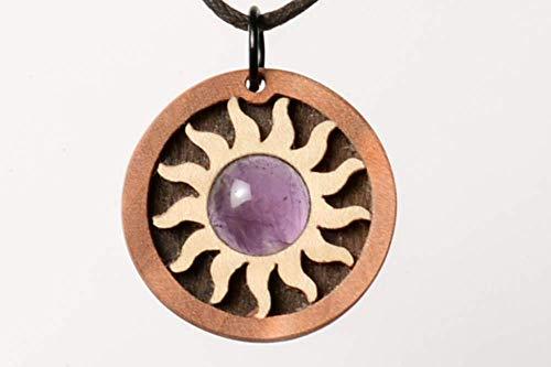Amethyst mit schöner violetter Farbe. Dezenter Schmuck, Schmuckanhänger. Handwerk und Kreativität mit Halbedelsteinen und Edelholz.