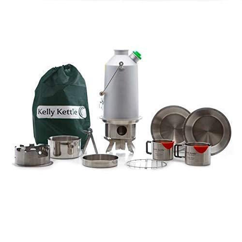 Aluminium 'Base Camp' Kelly Kettle (1.6ltr) - Ultimate Kit. (maintenant en acier inoxydable avec feu en Standard) Camp Cuisine en toute simplicité. faire bouillir l'eau Ultra Rapide et Cook Nourriture dans l'extérieur à l'aide de la célèbre Kelly Kettle et le Hobo (accessoire de poêle à bois). Convient pour un usage Solo ou de groupe. cet ultime kit comprend : 1.6 D 'Alu. bouilloire Cuisine de + + Pot-support + Réchaud Hobo + haute qualité en acier inoxydable de ventouses (tous les) + Sac de transport. Cette bouilloire est Désormais Livré avec une mise à niveau en acier inoxydable Feu de série. Convient pour la pêche et la chasse, Scouts, camping car, Fun, famille les pique-niques, alimentation adaptateur après Tempêtes ou Kits de survie d'urgence. Poids : 1,6 kilogram/1.62 kg - hors Emballage.