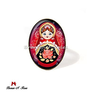 Bague Matriochka motif traditionnel russe rouge noir cabochons poupées russes